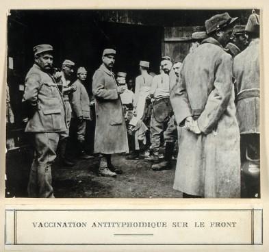 Anti-typhoid vaccination in World war I. Photograph.