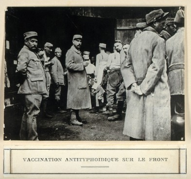 Anti-typhoid vaccination in World war I. Photograph.